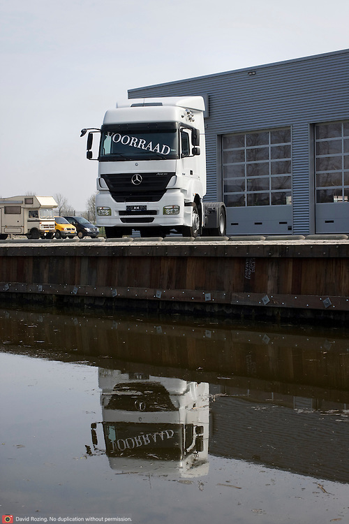Nederland Moordrecht 5 april 2009 20090405 Foto: David Rozing ..Truck op parkeerterrein autodealer met tekst op voorruit : Voorraad Ivm de economische crisis is de transportsector hard getroffen. ..Foto: David Rozing/