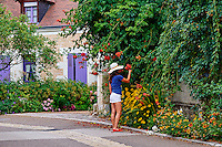 France, Indre-et-Loire (37), Chedigny, village fleuri devenu une ville jardin, jeune femme touriste // France, Indre-et-Loire (37), Chedigny, flowered village, garden, tourist, young woman