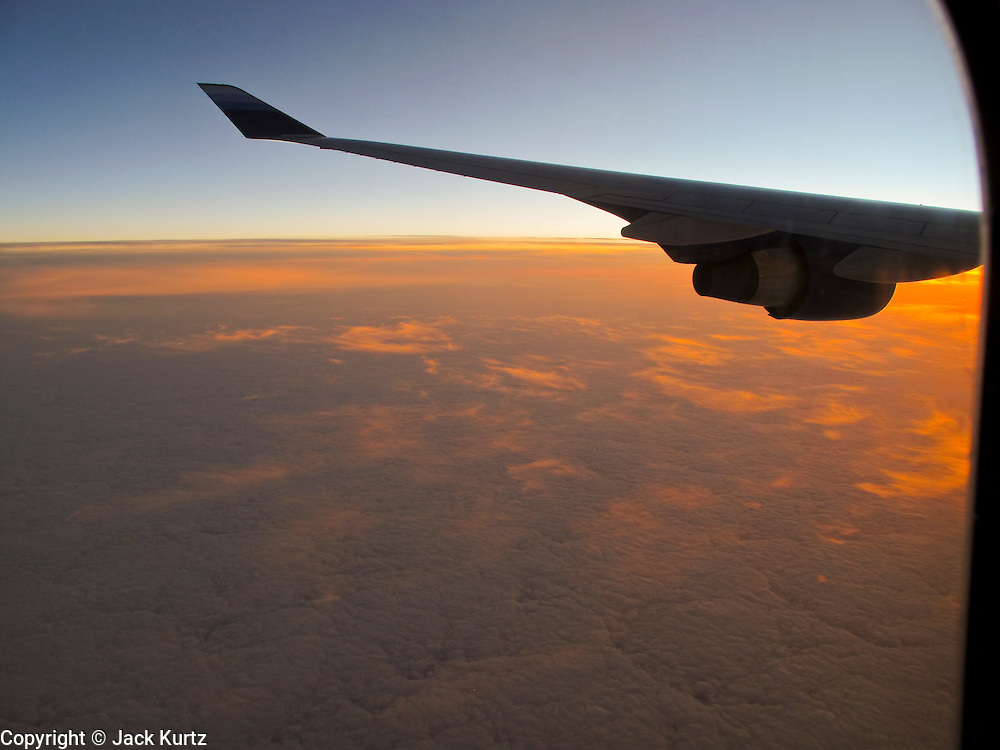 27 MARCH 2009 -- LOS ANGELES, CA: The wing of a United Airlines Boeing 747-400 on the flight from Tokya, Japan (Narita) to LAX.  PHOTO BY JACK KURTZ