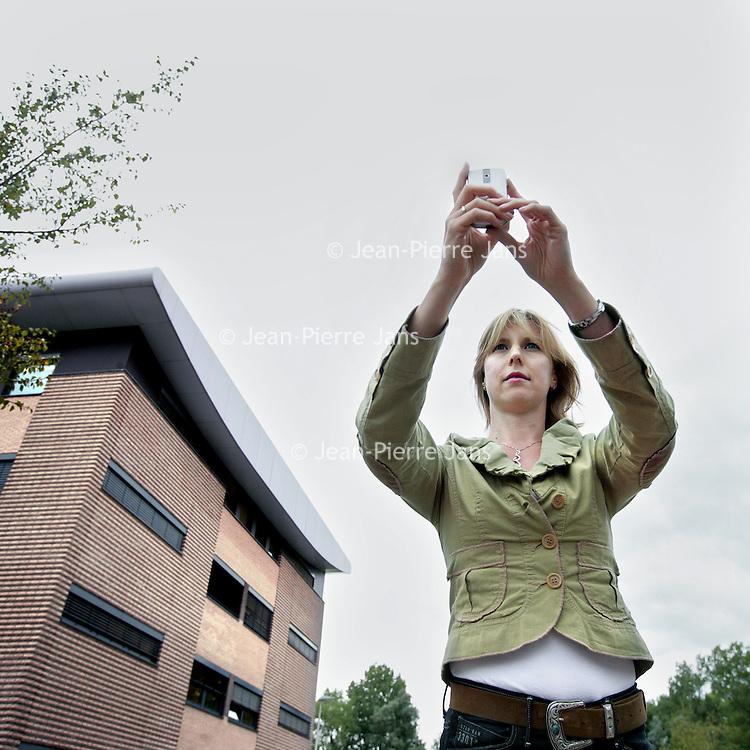 Nederland, Amsterdam , 1 september 2009..Claire Boonstra directeur van SPRX..SPRX Mobile  is nog een erg jong bedrijf, opgericht in mei 2008, en verzorgde in eerste instantie de verbetering van mobiele toepassingen voor andere bedrijven. Eén daarvan was NOS Mobiel, waarvoor SPRX de twaalf livestreams verzorgde tijdens de Olympische Spelen in Peking.SPRX Mobile wilde echter graag een eigen platform neerzetten. Dat platform werd Layar, een applicatie voor een Android telefoon die gebruik maakt van GPS en het kompas om door middel van Augmented Reality informatielagen aan de omgeving toe te voegen. Hiervoor werkte SPRX Mobile samen met partners als Hyves en Funda..Claire Boonstra director of SPRX Mobile, an young company developing applications for mobile phones like layar, a platform for augmentend rerality.
