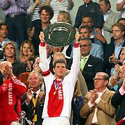 NLD/Amsterdam/20070811 - 12de Johan Cruijff Schaal, Ajax - PSV, Klaas Jan Huntelaar met de Johan Cruijffschaal XII
