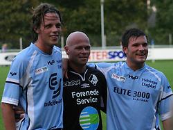 Elite 3000's Dimitri de Martignac og Patrik Norell tog opstilling med Stig Tøfting (Randers FC) efter kampen.