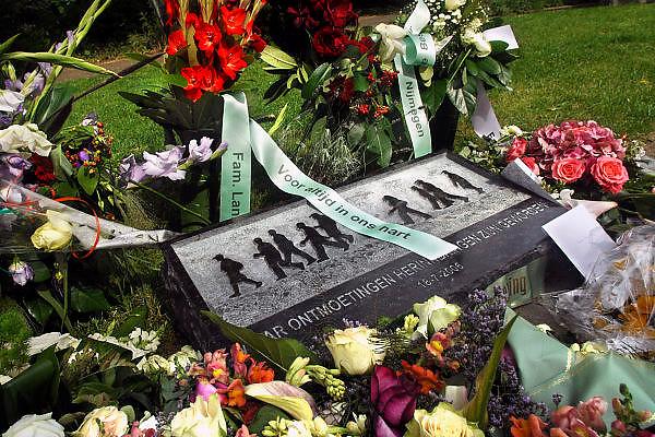 Nederland, Nijmegen, 15-7-2007..Op de wedren in Nijmegen is een monument, gedenksteen onthuld voor de in 2006 overleden 4daagsedeelnemers..Foto: Flip Franssen