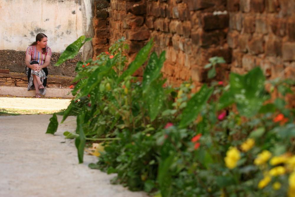 Tiradentes_MG, Brasil...Mulher sentada proximo a uma casa em Bichinhos, Minas Gerais...A woman sitting next to a house in Bichinhos, Minas Gerais...Foto: LEO DRUMOND / NITRO