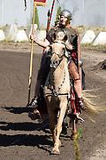 Te Paard - Historisch paardenspektakel bij het Nationaal Militair Museum  - NMM. Tijdens 'Te Paard!' ontdekken bezoekers de rol van het paard binnen de krijgsmachten van vroeger en nu. Naast een show in de arena zijn er verschillende demonstraties.<br /> <br /> Op de foto:  Show in de Arena met Romeinse ruiters