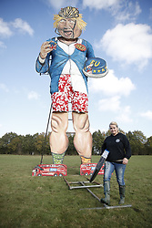 © Licensed to London News Pictures. 31/10/2018. Edenbridge, UK. Artist Andrea Deans puts the finishing touches to an effigy of former foreign secretary Boris Johnson as it is unveiled in Edenbridge, Kent ahead of its burning at the town's bonfire this Saturday. Photo credit: Peter Macdiarmid/LNP