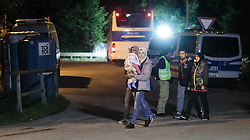 26.09.2015, Grenzübergang, Freilassing, AUT, Fluechtlingskrise in der EU, im Bild Flüchtlinge kommen von der Grenze zu Österreich // Migrants come to Germany from the Austrian Border. Thousands of refugees fleeing violence and persecution in their own countries continue to make their way toward the EU, border crossing, Freilassing, Germany on 2015/09/26. EXPA Pictures © 2015, PhotoCredit: EXPA/ JFK