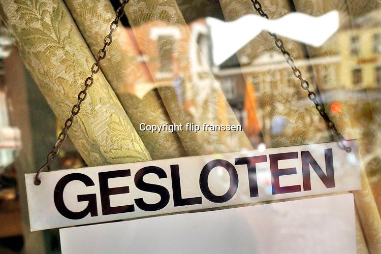 Nederland, Nijmegen, 13-11-2020 Cafes en restaurants zijn vanwege de aangescherpte coronamaatregelen een paar weken gesloten . Personeel wenst iedereen een veilig leven toe . Op de deur van een cafe is een bordje gesloten te zien . . Foto: ANP/ Hollandse Hoogte/ Flip Franssen