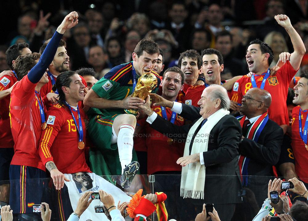 11-07-2010 VOETBAL: FIFA WK FINALE NEDERLAND - SPANJE: JOHANNESBURG<br /> Spaniens Kapitn Iker Casillas erhlt den WM Pokal von FIFA Prsident Josef Blatter und den Prsidenten Sdafrikas Jacob Zuma<br /> EXPA Pictures © 2010 EXPA/ InsideFoto/ Perottino - ©2010-WWW.FOTOHOOGENDOORN.NL<br /> *** ATTENTION *** FOR NETHERLANDS USE ONLY!
