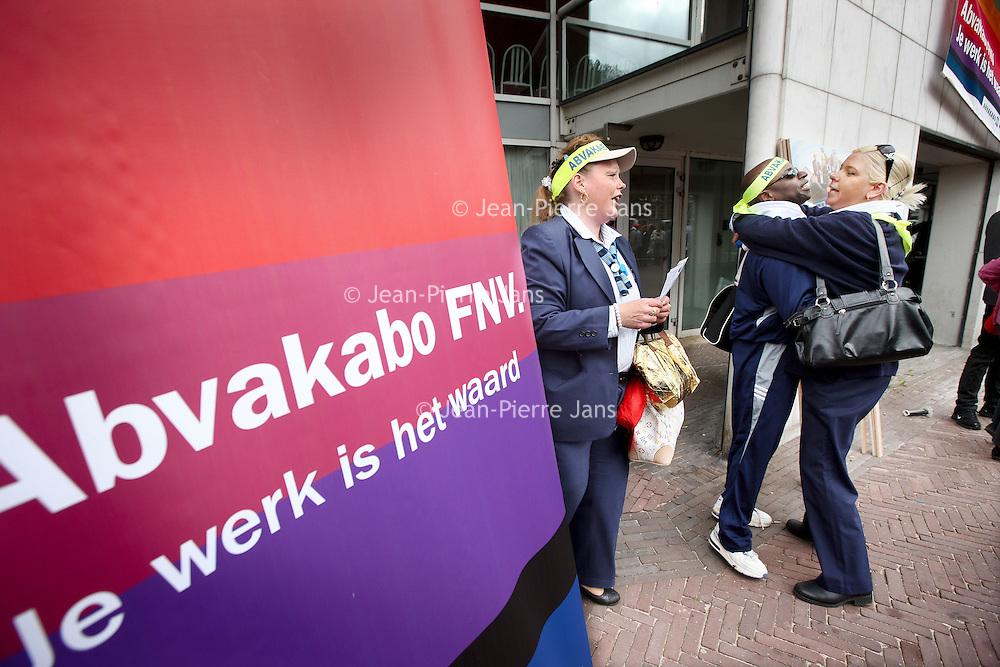 Nederland, amsterdam , 7 juni 2011..Op dinsdag 7 juni 2011zullen er in Amsterdam de hele dag geen trams, bussen en metro's rijden. De werknemers van het Gemeentelijk Vervoer Bedrijf staken dan tegen de door het kabinet voorgestane bezuinigingsmaatregelen.Een dag later wordt er in Den Haag gestaakt en op donderdag 9 juni in Rotterdam..Tijdens de staking houden de GVB-ers vanaf 10.30 uur een manifestatie voor de Stopera. Ze zullen o.a. aan wethouder Wiebes hun eisen kenbaar maken. Op de manifestatie zullen ook delegaties van andere sectoren die met bezuinigingen worden bedreigd aanwezig zijn. Het platform Red het OV Amsterdam roept maatschappelijke organisaties, politieke partijen, organisaties van studenten, ouderen, reizigers, kortom alle Amsterdammers op om naar deze manifestatie te komen om de steun aan de GVB-ers te laten blijken..Het openbaar Vervoer staakt en Abvakabo FNV hebben bijeenkomst georganiseerd voor de Stopera..Foto:Jean-Pierre Jans