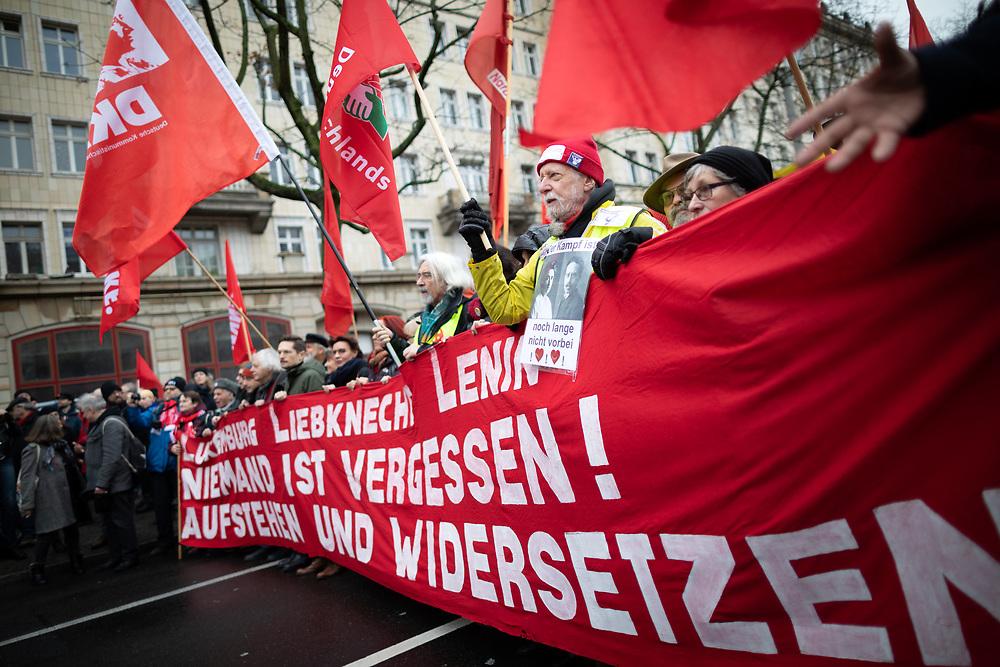 Auf der traditionellen Liebknecht-Luxemburg-Demonstration durch Berlin-Friedrichshain und Lichtenberg gedenken mehrere tausend Demonstranten den 1919 von Freikorps ermordeten Rosa Luxemburg und Karl Liebknecht. Demonstranten mit Banner: Luxemburg, Liebknecht, Lenin, niemand ist vergessen! Aufstehen und Widersetzen!<br /> <br /> [© Christian Mang - Veroeffentlichung nur gg. Honorar (zzgl. MwSt.), Urhebervermerk und Beleg. Nur für redaktionelle Nutzung - Publication only with licence fee payment, copyright notice and voucher copy. For editorial use only - No model release. No property release. Kontakt: mail@christianmang.com.]