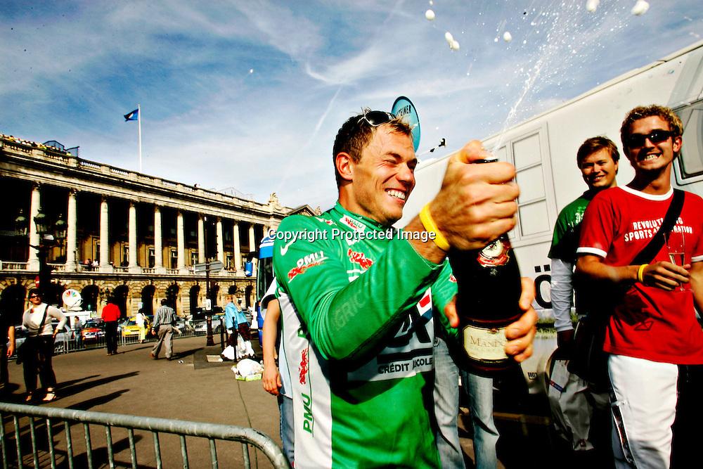 Paris, Frankrike 20050724 Tour de France : Thor Hushovd  etter Tour de France triumfen. Thor vant poengkonkurransen og fikk den grønne trøya. Feirer med champagne..Foto: Daniel Sannum Lauten/ Dagbladet *** Local Caption *** Hushovd,Thor..