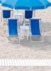 THEMENBILD - Sonnenstühle am Strand mit Schirme, aufgenommen am 24. Juni 2018 in Viareggio, Italien // Sun chairs on the beach with umbrellas, Viareggio, Italy on 2018/06/24. EXPA Pictures © 2018, PhotoCredit: EXPA/ JFK