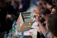 DEU, Deutschland, Germany, Berlin,26.02.2018: Parteitag der CDU in der Station. Abstimmung mit Wahlurne bei der Wahl der neuen CDU-Generalsekretärin. Annegret Kramp-Karrenbauer (CDU) wurde mit 98,87 Prozent der Stimmen gewählt. Die Delegierten stimmten zudem mit großer Mehrheit für die Neuauflage der Großen Koalition (GroKo).