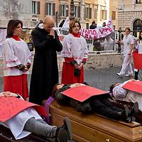 Sanità, funerale davanti Montecitorio per protestare contro i 160 licenziamenti
