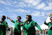 Vrouwen vieren Freedom Day, de dag dat Zuid Afrika de democratie viert en de strijd tegen de apartheid herdenkt.