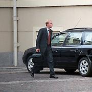 Prins Carlos de Bourbon de Parma verlaat paleis Noordeinde