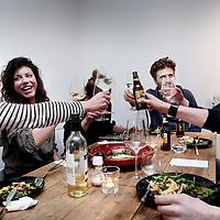 Nederland, Amsterdam , 19 maart 2015.<br /> Kitchen roulette is een initiatief van mensen die blij worden van het bereiden en delen van eten, en van het ontmoeten van buurt- en stadsgenoten op een ongedwongen manier.<br /> Op de foto: samen voorgerecht pastasalade eten bij Karin en Maarten in de Westzaanstraat 57hs.<br /> Foto:Jean-Pierre Jans