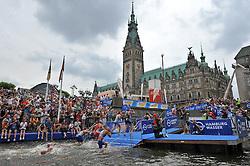 17.07.2010, Hamburg, GER, Triathlon, Dextro Energy Triathlon ITU World Championship, Elite Maenner,  im Bild die Schwimmer bei der Wechselmarke vor dem Hamburger Rathaus beim Wiedereinsprung.EXPA Pictures © 2010, PhotoCredit: EXPA/ nph/  Witke+++++ ATTENTION - OUT OF GER +++++ / SPORTIDA PHOTO AGENCY