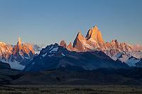 MACIZOS DEL CERRO FITZ ROY O CHALTEN (3.405 m.s.n.m.) Y DEL CERRO TORRE (3.130 m.s.n.m.) AL AMANECER, PARQUE NACIONAL LOS GLACIARES, PROVINCIA DE SANTA CRUZ, PATAGONIA, ARGENTINA (PHOTO © MARCO GUOLI - ALL RIGHTS RESERVED)