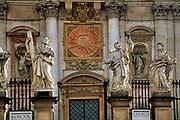 Kraków, 2010-10-13. Figury 12 Apostołów przed kościołem św. Piotra i Pawla przy ulicy Grodzkiej w Krakowie