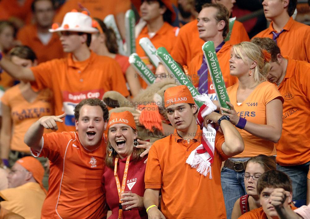 22-09-2006 TENNIS: DAVIS CUP: NEDERLAND - TSJECHIE: LEIDEN <br /> Oranje publiek , support<br /> ©2006-WWW.FOTOHOOGENDOORN.NL