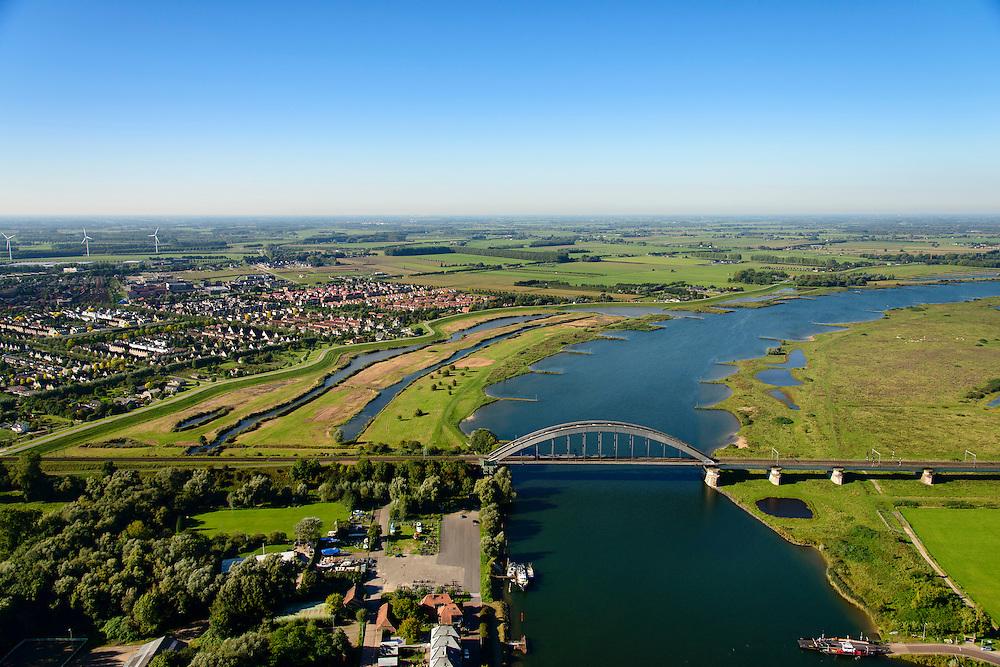 Nederland, Utrecht, Everdingen, 30-09-2015;  Rivier de Lek en spoorbrug Culemborg (Kuilenburgse spoorbrug). In de Goilberdingerwaard en Baarsemwaard (links) is de zomerdijk verlaagd en gedeeltelijk weggegraven en ook zijn in de uiterwaard geulen gegraven om rivier de Lek bij hoogwater meer de ruimte te geven.<br /> Railway bridge Culemborg and Lek River. In the floodplains (left) the summer dike has been reduced in height and partially excavated, and trenches haven been dug to create 'room for the river' at heigh waters<br /> luchtfoto (toeslag op standaard tarieven);<br /> aerial photo (additional fee required); copyright foto/photo Siebe Swart.