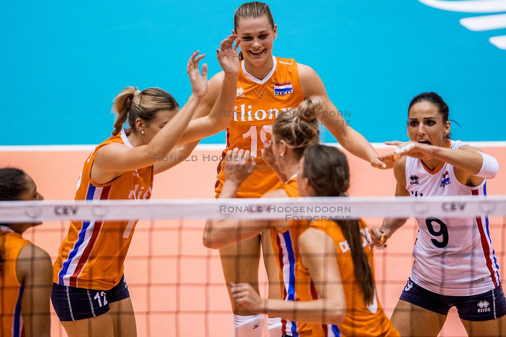 24-08-2017 NED: World Qualifications Netherlands - Czech Republic, Rotterdam<br /> De Nederlandse volleybalsters hebben op het WK-kwalificatietoernooi ook hun derde duel gewonnen. Oranje versloeg in het Topsportcentrum in Rotterdam Tsjechië in drie sets: 25-18, 25-22 en 25-18. Nika Daalderop #19 of Netherlands, Myrthe Schoot #9 of Netherlands