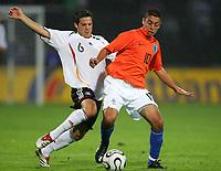 Fotball<br /> Landskamp U21<br /> Tyskland v Nederland<br /> 15.08.2006<br /> Foto: Witters/Digitalsport<br /> NORWAY ONLY<br /> <br /> v.l. Gonzalo Castro, Ismail Aissati Niederlande<br /> Laenderspiel U-21 Deutschland - Niederlande