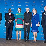 NLD/Amsterdam/20181126 - Maxima reikt Pr. Bernhard Cultuurfondsprijs uit, Koningin Maxima wordt begroet door, Koningin Maxima wordt begroet door Adriana Esmeijer, Alexander Rinnooy Kan, Reinbert de Leeuw, en Maarten van Boven