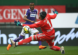 15.04.2018, Ernst Happel Stadion, Wien, AUT, 1. FBL, FK Austria Wien vs SK Rapid Wien, 30. Runde, im Bild Felipe Augusto Rodrigues Pires (FK Austria Wien) und Richard Strebinger (SK Rapid Wien) // during Austrian Football Bundesliga Match, 30th Round, between FK Austria Vienna and SK Rapid Wien at the Ernst Happel Stadion, Vienna, Austria on 2018/04/15. EXPA Pictures © 2018, PhotoCredit: EXPA/ Thomas Haumer