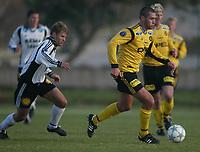 Fotball, La Manga, Spania. 23. februar 2002. Clayton Zane, Lillestrøm, med Bent Skammelsrud, Rosenborg, på slep.