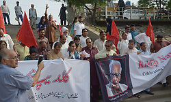 October 5, 2018 - Lahore, Punjab, Pakistan - Indian family members of late senior Indian journalist Kuldip Nayar, and Peace Human Rights activists IA Rehman, Barrister Chaudhry Aitzaz Ahsan, Human Rights activist Farooq Tarar and Pakistani journalists take a part during submerge ashes ceremony in River Ravi. (Credit Image: © Rana Sajid Hussain/Pacific Press via ZUMA Wire)