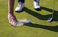 AMSTERDAM   - zand wegvegen op green. Golf, regels,    COPYRIGHT KOEN SUYK