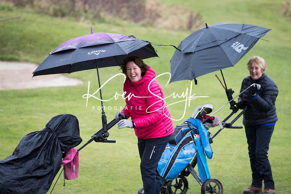 ZANDVOORT - Golfdag van Golfvrouw.nl Deelnemers trotseren lachend de regen. . COPYRIGHT KOEN SUYK