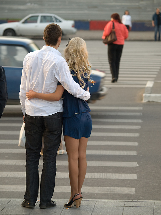 Junges Paar an einem Zebrastreifen in der Moskauer Innenstadt.<br /> <br /> Young couple waiting to cross the street in the city center of Moscow.