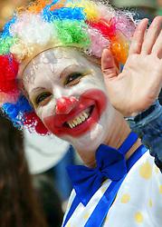 Um lindo palhaço sorri e abana para a multidão.FOTO: Jefferson Bernardes/Preview.com