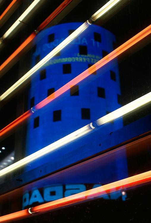Neones en el Kiosko de Reclutamiento de las Fuerzas Armadas de EE.UU. Nueva York. Arquitectos ARO Architecture Research Office.<br /> /<br /> Neon lights at U.S. Armed Forces Times Square Recruiting Station. New York. Architects ARO Architecture Research Office