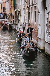 THEMENBILD - Gondoliere mit ihren venezianischen Booten (Gondel) fahren Gäste auf den Wasserstraße durch die Altstadt von Venedig, aufgenommen am 05. Oktober 2019 in Venedig, Italien // gondolier with their Venetian boat (gondola) on the Canal Grande, in Venice, Italy on 2019/10/05. EXPA Pictures © 2019, PhotoCredit: EXPA/Stefanie Oberhauser