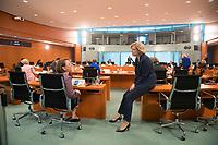 DEU, Deutschland, Germany, Berlin, 13.05.2020: Bundeslandwirtschaftsministerin Julia Klöckner (CDU) im Gespräch mit  der Integrationsbeauftragten der Bundesregierung, Annette Widmann-Mauz (CDU), vor Beginn der 96. Kabinettsitzung im Bundeskanzleramt. Aufgrund der Coronakrise findet die Sitzung derzeit im Internationalen Konferenzsaal statt, damit genügend Abstand zwischen den Teilnehmern gewahrt werden kann.
