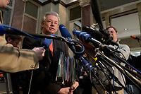 12 DEC 2003, BERLIN/GERMANY:<br /> Roland Koch, CDU, Ministerpraesident Hessen,  gibt ein Pressestatement, Sitzung des Vermittlungsausschusses, Bundesrat<br /> IMAGE: 20031212-01-090<br /> KEYWORDS: Mikrofon, microphone, Pressekonferenz