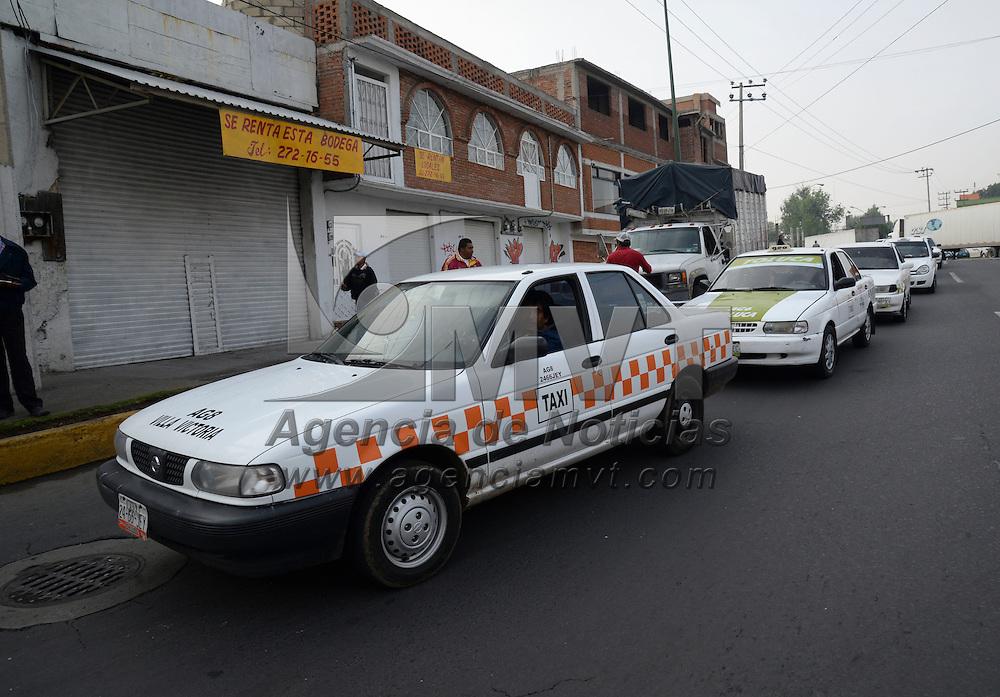 Toluca, México.- Elementos de el Ejercito, Policía Federal y SSC, acompañados por inspectores de la Secretaria del Transporte realizaron operativos en diversos puntos de la capital mexiquense para detectar transporte irregular, sobre todo taxis que operan como colectivos. Agencia MVT / Crisanta Espinosa