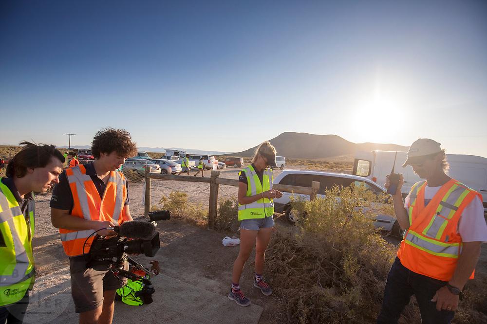 Teamleden vragen informatie over de avondruns op de zevende en laatste racedag. Jennifer Breet is gevallen en het is nog onduidelijk of Rosa Bas kan starten. Het Human Power Team Delft en Amsterdam, dat bestaat uit studenten van de TU Delft en de VU Amsterdam, is in Amerika om tijdens de World Human Powered Speed Challenge in Nevada een poging te doen het wereldrecord snelfietsen voor vrouwen te verbreken met de VeloX 9, een gestroomlijnde ligfiets. Dat staat sinds 13 september 2019 op naam van Ilona Peltier met 126,52 km/u. De Canadees Todd Reichert is de snelste man met 144,17 km/h sinds 2016.<br /> <br /> With the VeloX 9, a special recumbent bike, the Human Power Team Delft and Amsterdam, consisting of students of the TU Delft and the VU Amsterdam, wants to set a new woman's world record cycling in September at the World Human Powered Speed Challenge in Nevada. The current record is 126,52 km/h by Ilona Peltier.  The fastest man is Todd Reichert with 144,17 km/h.