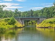 Most kolejowy i drogowy nad Klonownicą. Klonownica(Cicha Rzeczka) – rzeka leżąca na granicyAugustowa łącząca jezioraNeckoiBiałe Augustowskie. Uważana jest za najkrótszą rzekę wPolsce. Jest częścią szlaku Kanału Augustowskiego.