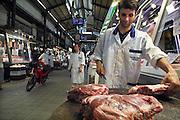 Griekenland, Athene, 5-7-2008Een slager snijdt zijn vlees op de centrale overdekte markt waar vis en vlees verhandeld worden.Foto: Flip Franssen