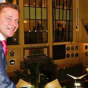 NLD/Amsterdam/20110125 - Opening Amsterdamse Effectenbeurs door cast Legally Blond, Albert Verlinde kijkt uit over de beursvloer