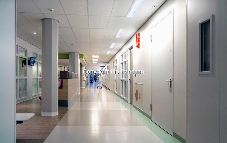 Nederland, Nijmegen, 16-9-2016Een ziekenhuisgang, gang van een afdeling in een ziekenhuis .Foto: Flip Franssen