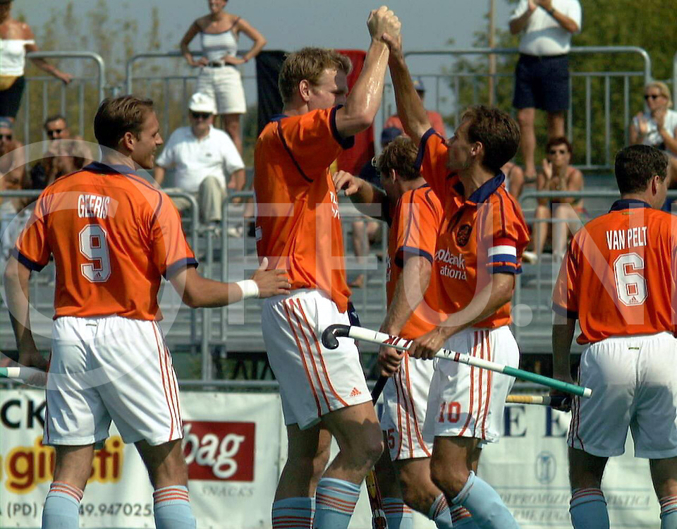 fotografie frank uijlenbroek@1999/frank uijlenbroek<br />9900909 Padova sport Italie<br />ek heren hockey <br />halve finale nederland belgie7-1<br />op foto: strafcornerkanon bram lomans heeft de 2-1 gemaakt.<br />v.l.n.r.: piet hein geeris, bram lomans stephan veen en op de rug wouter van pelt