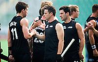 NEW DELHI - Shea McAleese (m)  met Jacob Smith en rechts Kane Russell  tijdens de derde poulewedstrijd in de finaleronde van de Hockey World League tussen de mannen van Nieuw-Zeeland en Engeland.  ANP KOEN SUYK