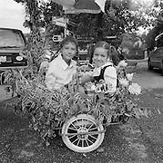 Zwei Mädchen im Velo-anhänger, Gurlicup. Deux filles dans la remorque d'une bicyclette. © Romano P. Riedo